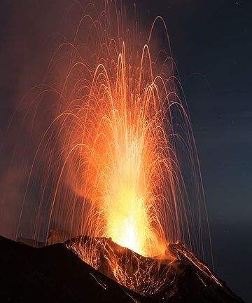Almost perfectly symmetric, moderately sized strombolian eruption from N2 crater. (Photo: Tom Pfeiffer)
