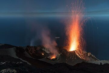 A moderately strong explosion from the NE crater, lava flying more than 150 m high. (Photo: Tom Pfeiffer)