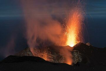 A small eruption from the western vent (now hidden behind the crater rim) at the same time as a stronger one from the eastern crater in the background. (Photo: Tom Pfeiffer)