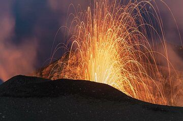 Zoom onto a small eruption of the western (S2) vent. (Photo: Tom Pfeiffer)