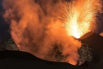 A strong eruption from the NE crater in the background gives an unexpected flash of light. (Photo: Tom Pfeiffer)
