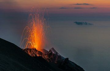Another small eruption at dusk of 11 June. The sea below is completely calm. (Photo: Tom Pfeiffer)