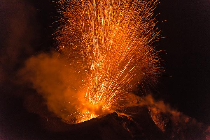 Lava fragments flying into the air at high speed. (Photo: Tom Pfeiffer)