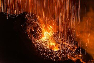 At the end of each such eruption, a rain of glowing lava falls back onto the crater. (Photo: Tom Pfeiffer)