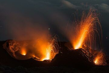 Eruptions from the central and eastern crater. (Photo: Tom Pfeiffer)