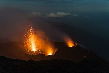 Mild eruption from the western crater. (Photo: Tom Pfeiffer)