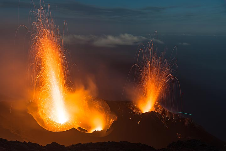 Strong eruption from western crater (l) and the eastern one (r). (Photo: Tom Pfeiffer)