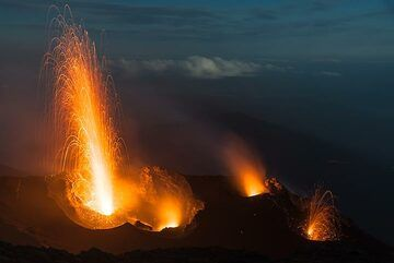 A small eruption occurs from the easternmost vent (N1, right) while another strong explosion occurs at the western vent. (Photo: Tom Pfeiffer)