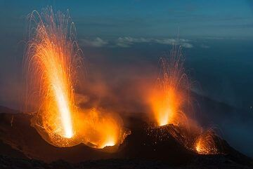 Powerful eruption from the western vent along with a moderate one from the eastern one. (Photo: Tom Pfeiffer)