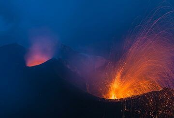 Glow from the N2 vent (l) and an ash-rich eruption from the easternmost N1 vent. (Photo: Tom Pfeiffer)