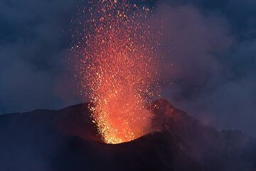 Small eruption from the eastern crater at dawn. (Photo: Tom Pfeiffer)