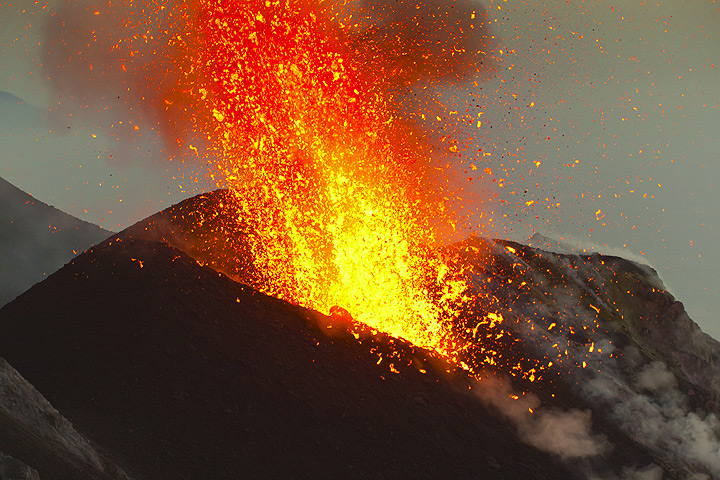 Another jet of liquid lava bursts out from the NE crater just 10 minutes after the last one, now in the evening twilight. (Photo: Tom Pfeiffer)