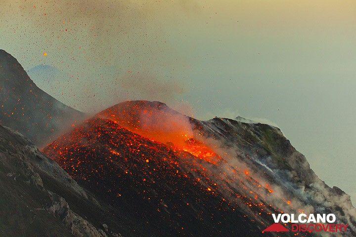 Glowing bombes restent éparpillées autour de l'anus après l'éruption est terminée. (Photo: Tom Pfeiffer)