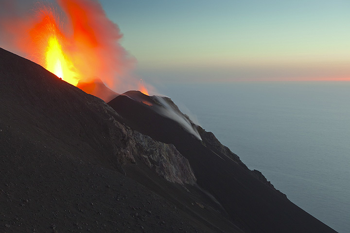 An eruption from the hidden NW vent. (Photo: Tom Pfeiffer)