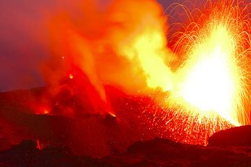 Big eruption from the NE vent. The eruption is too bright for the digital sensor, and the glow illuminates the whole crater terrace. (Photo: Tom Pfeiffer)