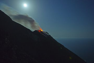 The NE crater with the full moon (Photo: Tom Pfeiffer)