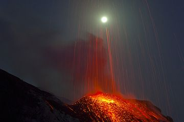 Glowing lava bombs falling back from the sky (Photo: Tom Pfeiffer)