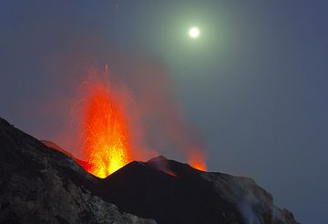 Eruption from the NW crater and the full moon (Photo: Tom Pfeiffer)