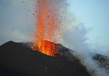 Lava fountain from the NE cone vent (Photo: Tom Pfeiffer)
