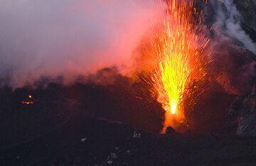 Heller Ausbruch aus einem Schot im Nord-Ost Krater. (c)