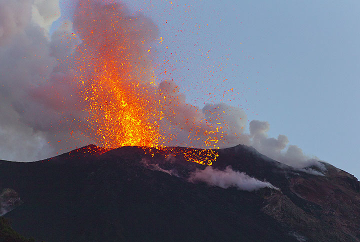 Explosion from the NE vent (30 Dec 2012) (Photo: Tom Pfeiffer)