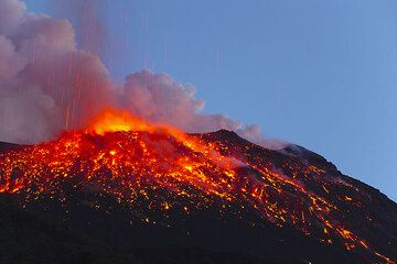 Glowing scoria covering the slopes of the NE crater of Stromboli after a powerful eruption (Photo: Tom Pfeiffer)
