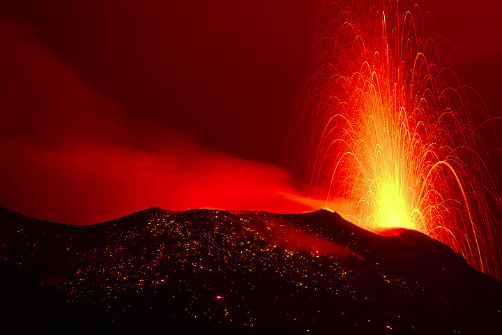 """Typical """"normal"""" strombolian eruption from a vent of the NW crater at night. (Photo: Tom Pfeiffer)"""