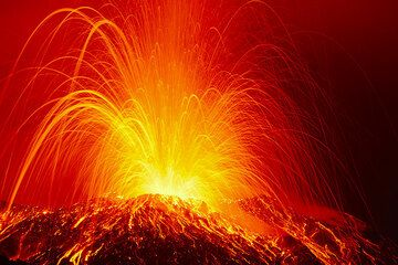 Explosion from Stromboli's NE crater at night in 30 s exposure. (Photo: Tom Pfeiffer)