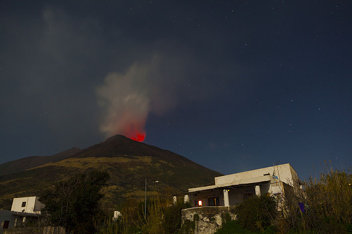 Bright glow above the volcano seen from Punta Lena - these days, this is a usual sight from the village. Sometimes, even bombs can be seen during larger explosions. (Photo: Tom Pfeiffer)