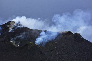 """A """"smoke ring"""" (gas ring) expelled from the puffing central crater hornito. (Photo: Tom Pfeiffer)"""