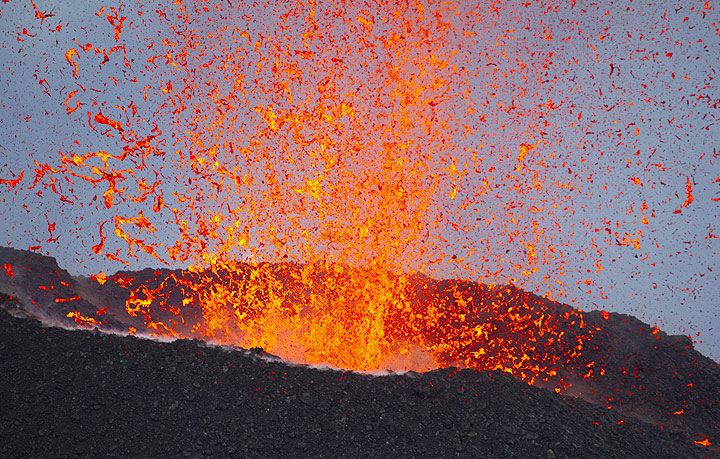 Lava explosion from the NE vent seen from Pizzo. (Photo: Tom Pfeiffer)