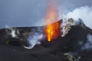 Candle-like strombolian eruption from the NW vent. (Photo: Tom Pfeiffer)