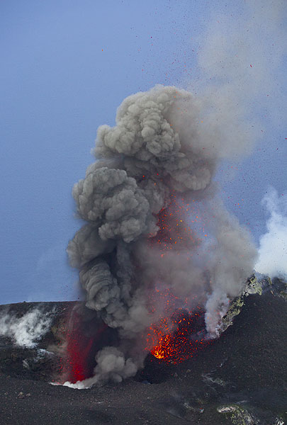 Simultaneous ash- and spatter-rich strombolian eruptions from 2 adjacent vents of the NW crater. (Photo: Tom Pfeiffer)