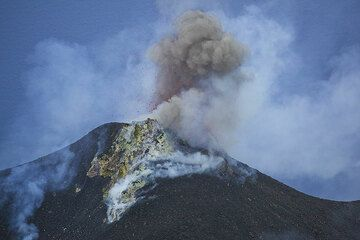 Ash-rich small strombolian eruption from the NW vent hornito. (Photo: Tom Pfeiffer)
