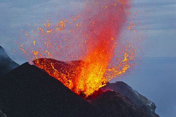 A split-second later, the liquid lava shoots in all directions. (Photo: Tom Pfeiffer)