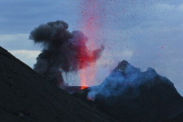 A strombolian eruption from the NW vent seen from Bastimento. (Photo: Tom Pfeiffer)