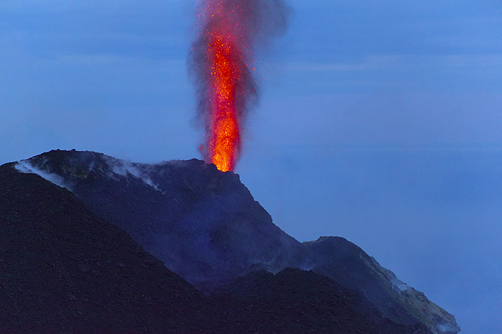 Strombolian jet-like eruption of lava from the hornito-vent at the NE crater. (Photo: Tom Pfeiffer)