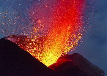 Bursting lava bubble from the NE vent seen from Bastimento on 2 Jan 2013. (Photo: Tom Pfeiffer)