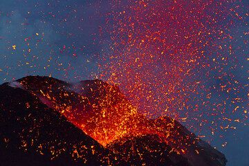 Glowing spatter flying through the air a few seconds into the eruption from the NE vent. (Photo: Tom Pfeiffer)