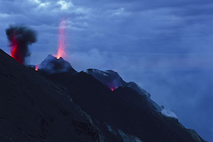 Strombolian eruption and spattering from vents of the NW crater, seen from Bastimento. (Photo: Tom Pfeiffer)