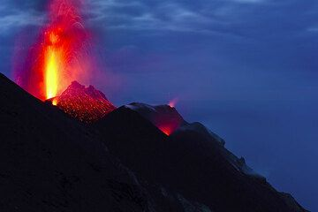 A brigher strombolian eruption from the NW vent at dusk. (Photo: Tom Pfeiffer)