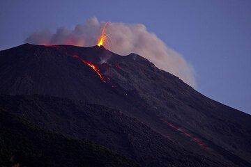 On 7 Jan 2013, a lava flow descended about 3-400 m from the NE crater, but already had stopped in the afternoon / evening when only the upper portion remained active. (Photo: Tom Pfeiffer)