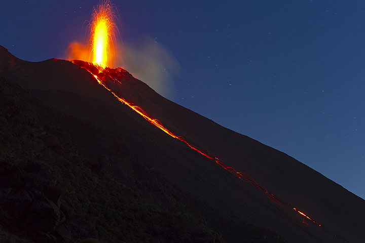 Strombolian eruption from the NE hornito and the lava flow (7 Jan). (Photo: Tom Pfeiffer)