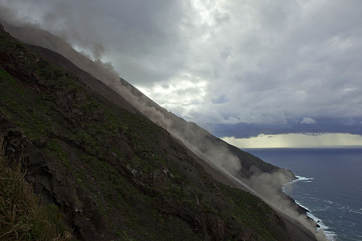 On 12 Jan, a larger portion of the NE crater rim had collapsed and produced a large ash plume that swept over the island and caused some fear among inhabitants. At the Sciara, rockfalls remained frequent and caused a lot of dust. (Photo: Tom Pfeiffer)