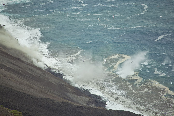 Impacts of blocks falling into the sea. (Photo: Tom Pfeiffer)