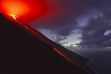 The lava flow and trails of glowing blocks in the evening. (Photo: Tom Pfeiffer)
