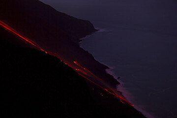 Glowing lava blocks often reached the sea. (Photo: Tom Pfeiffer)