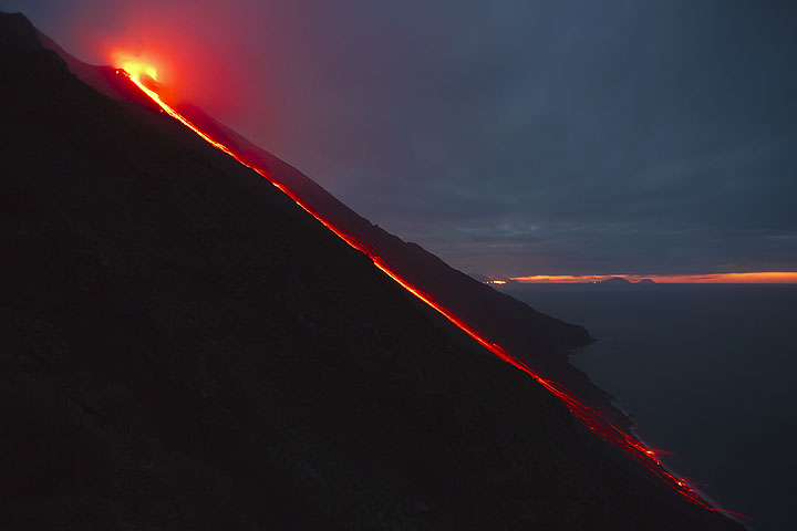 A similar scene on 13 Jan, with a small lava flow from the NE crater and continuous glowing rockfalls that reach the shore at the Sciara del Fuoco. (Photo: Tom Pfeiffer)