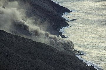 Some of the rockfalls turn into small pyroclastic flows. (Photo: Tom Pfeiffer)