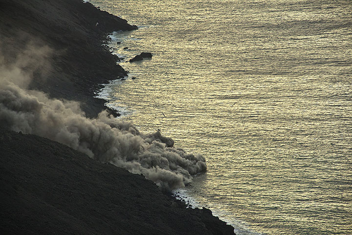 Such pyroclastic flows traveled about 10-20 m above the sea surface. (Photo: Tom Pfeiffer)